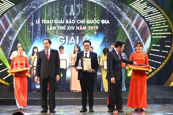 Trong ảnh: Đại diện nhóm tác giả thuộc Liên Chi hội Nhà báo TTXVN nhận giải C. Ảnh: Minh Quyết - TTXVN