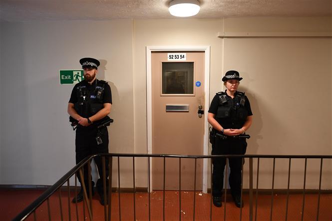 Trong ảnh: Cảnh sát gác bên ngoài căn hộ được cho là nơi ở của đối tượng gây ra vụ đâm dao ở thành phố Reading, Anh ngày 20/6/2020. Ảnh: AFP/TTXVN