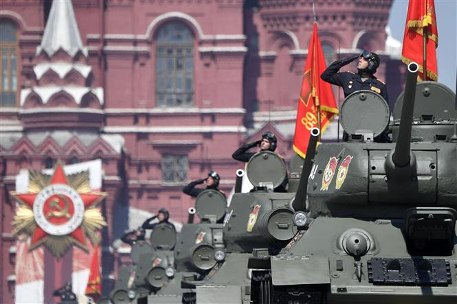 Trong ảnh: Xe tăng T-34 tham gia lễ duyệt binh nhân kỷ niệm 75 năm chiến thắng trong cuộc Chiến tranh Vệ quốc vĩ đại, tại Quảng trường Đỏ ở thủ đô Moskva, Nga ngày 24/6/2020. Ảnh: AFP/TTXVN