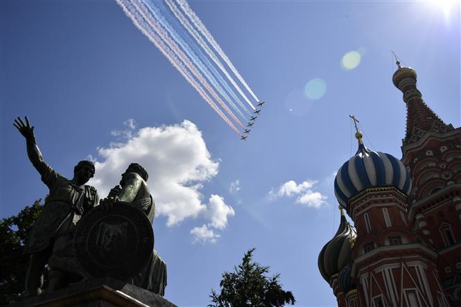 Trong ảnh: Đội hình máy bay chiến đấu Sukhoi Su-25 của Nga tham gia lễ duyệt binh nhân kỷ niệm 75 năm chiến thắng trong Chiến tranh Vệ quốc vĩ đại, tại Quảng trường Đỏ ở thủ đô Moskva ngày 24/6/2020. Ảnh: AFP/TTXVN