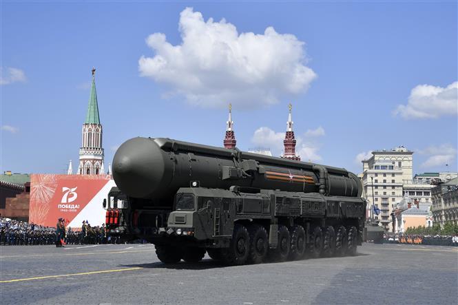 Trong ảnh: Hệ thống tên lửa đạn đạo liên lục địa Yars RS-24 của Nga tham gia lễ duyệt binh nhân kỷ niệm 75 năm chiến thắng trong Chiến tranh Vệ quốc vĩ đại, tại Quảng trường Đỏ ở thủ đô Moskva ngày 24/6/2020. Ảnh: AFP/TTXVN