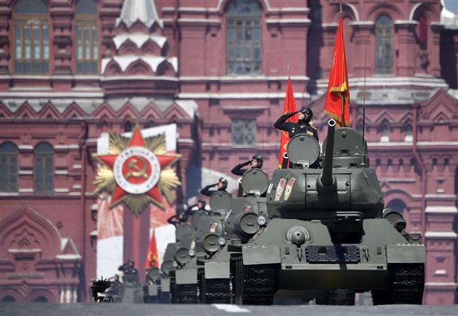 Trong ảnh: Xe tăng T-34 tham gia lễ duyệt binh nhân kỷ niệm 75 năm chiến thắng trong Chiến tranh Vệ quốc vĩ đại, tại Quảng trường Đỏ ở thủ đô Moskva, Nga ngày 24/6/2020. Ảnh: AFP/TTXVN