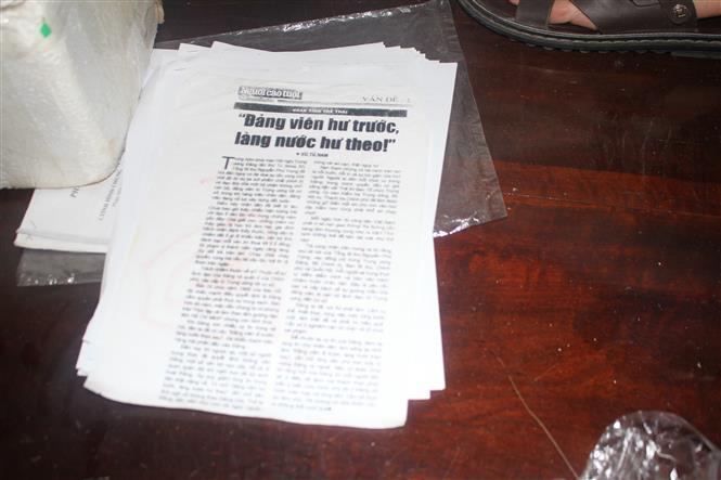 Trong ảnh: Những cuốn sách có nội dung liên quan đến hoạt động tuyên truyền chống Nhà nước của các đối tượng. Ảnh: Vũ Hà -TTXVN