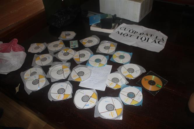 Trong ảnh: Những đĩa CDC, DVD đều là những tài liệu liên quan đến hoạt động tuyên truyền chống Nhà nước Cộng hòa xã hội chủ nghĩa Việt Nam của các đối tượng được lực lượng Công an thu giữ. Ảnh: Vũ Hà -TTXVN