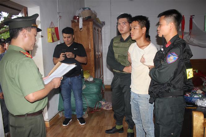 Trong ảnh: Lực lượng An ninh điều tra, Công an tỉnh Hòa Bình đọc lệnh bắt và khám xét nơi ở của đối tượng Trịnh Bá Tư. Ảnh Vũ Hà - TTXVN