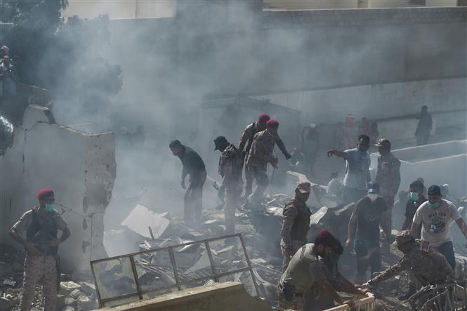 Trong ảnh: Lực lượng cứu hộ làm nhiệm vụ tại hiện trường vụ rơi máy bay chở khách ở Karachi, Pakistan ngày 22/5/2020. Ảnh: AFP/TTXVN
