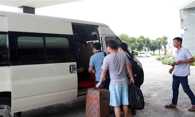 Trong ảnh: Các công dân Trung Quốc đủ thời hạn cách ly tại Khách sạn DIC STAR Vĩnh Phúc lên xe trở về nơi làm việc. Ảnh: Hoàng Hùng - TTXVN