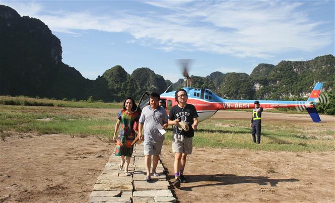 Trong ảnh: D khách tham gia trải nghiệm Tour bay ngắm cảnh Quần thể danh thắng Tràng An. Ảnh: Hải Yến-TTXVN