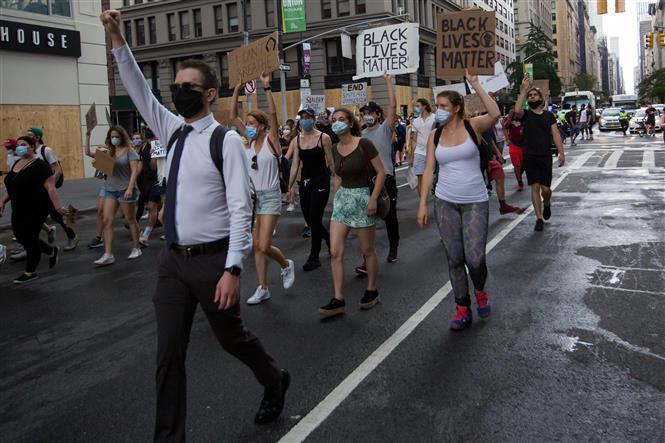 Trong ảnh: Người dân tham gia biểu tình phản đối phân biệt chủng tộc tại New York, Mỹ, ngày 6/6/2020. Ảnh: THX/ TTXVN
