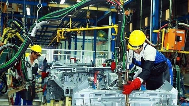 Công nhân lắp ráp ôtô tại Nhà máy ôtô Huyndai Thành Công Việt Nam. Ảnh: Thống Nhất/TTXVN