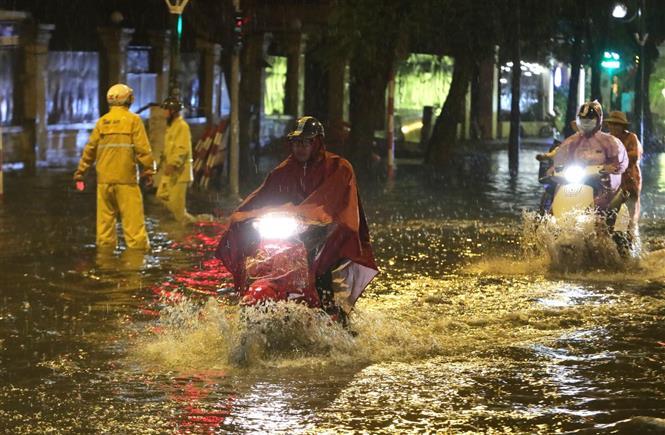 Trong ảnh: Mưa lớn gây ngập úng trên đường Lý Thường Kiệt - Phan Bội Châu. Ảnh: Thành Đạt - TTXVN