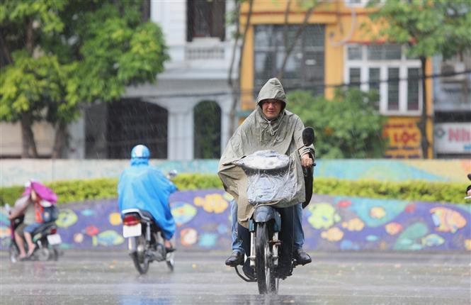 Trong ảnh: Từ 17 giờ chiều đã xuất hiện cơn mưa bóng mây giúp nền nhiệt giảm xua tan không khí oi bức. Ảnh: Thành Đạt - TTXVN