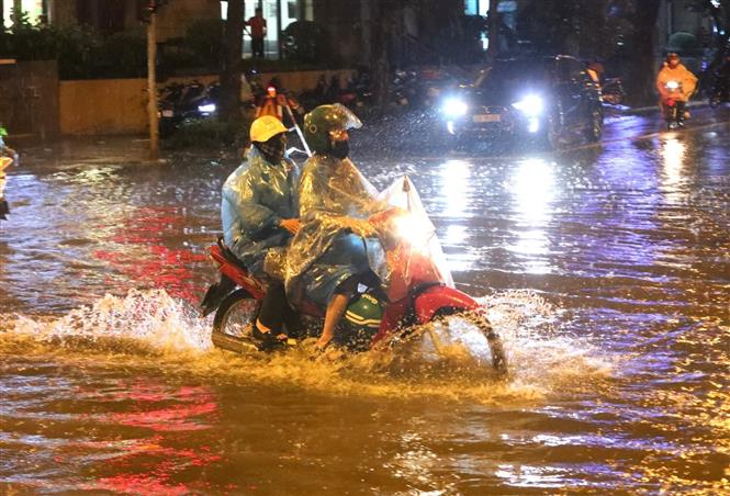 Trong ảnh: Mưa lớn gây ngập úng trên đường Lý Thường Kiệt - Phan Bội Châu, có đoạn ngập đến ngang thân xe. Ảnh: Thành Đạt - TTXVN