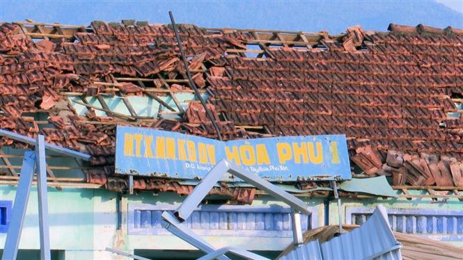 Trong ảnh: Lốc xoáy làm tốc mái nhiều nhà dân và trụ sở hợp tác xã. Ảnh: Xuân Triệu - TTXVN