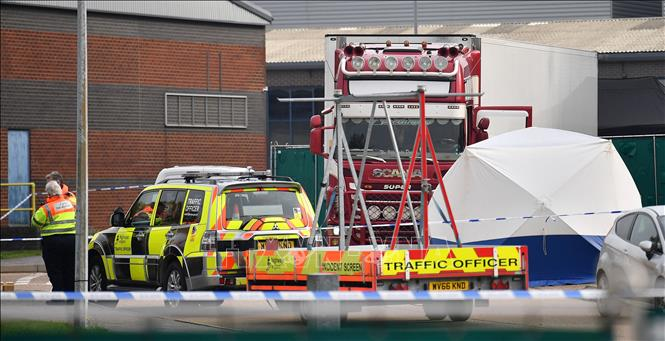 Cảnh sát Anh phong tỏa hiện trường phát hiện 39 thi thể trong container tại Grays, Essex, ngày 23/10/2019. Ảnh: AFP/TTXVN