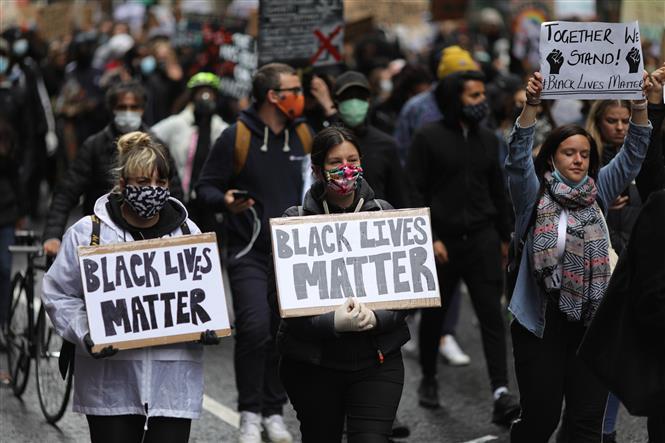 Trong ảnh: Người biểu tình tham gia cuộc tuần hành chống phân biệt chủng tộc tại London, Anh ngày 6/6/2020. Ảnh: THX/TTXVN