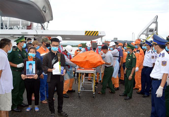 Trong ảnh: Cơ quan chức năng bàn giao thi thể 4 thuyền viên tử nạn cho gia đình. Ảnh: TTXVN