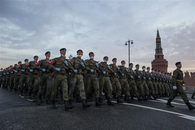 Trong ảnh: Binh sĩ Nga tham gia diễn tập chuẩn bị cho lễ duyệt binh kỷ niệm 75 năm chiến thắng phát xít tại Quảng trường Đỏ ở Moskva tối 18/6/2020. Ảnh: THX/TTXVN