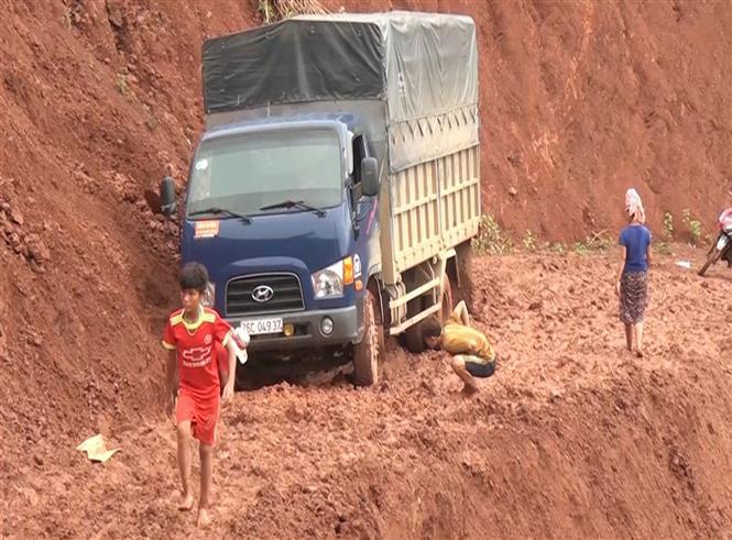 Trong ảnh: Mưa to gây sạt lở đất tại huyện Quỳnh Nhai, tỉnh Sơn La, khiến người dân và các phương tiện giao thông qua lại khó khăn. Ảnh: Nguyễn Cường - TTXVN