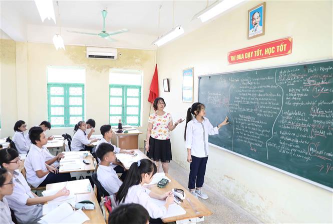 Trong ảnh: Giờ ôn tập môn Ngữ Văn của học sinh lớp 9 trường THCS Dương Xá, huyện Gia Lâm. Ảnh: Thanh Tùng - TTXVN