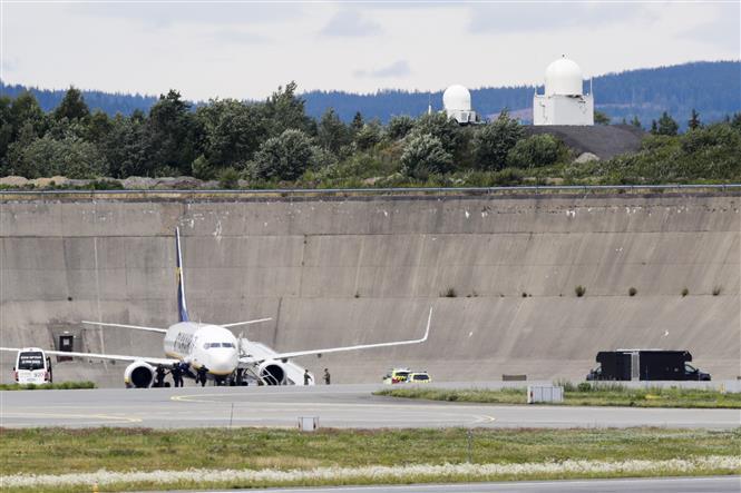 Trong ảnh: Máy bay chở khách của hãng hàng không Ryanair hạ cánh tại sân bay Gardemoen, cách trung tâm thủ đô Oslo của Na Uy 50 km về phía Đông Bắc sau khi nhận được thông tin đe dọa đánh bom ngày 17/7/2020. Ảnh: AFP/TTXVN