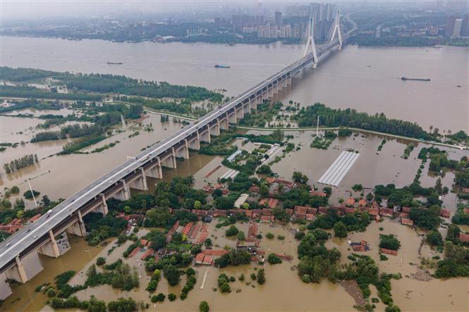 Trong ảnh: Cảnh tượng ngập lụt do mưa lớn tại Vũ Hán, Trung Quốc ngày 13/7/2020. Ảnh: AFP/TTXVN