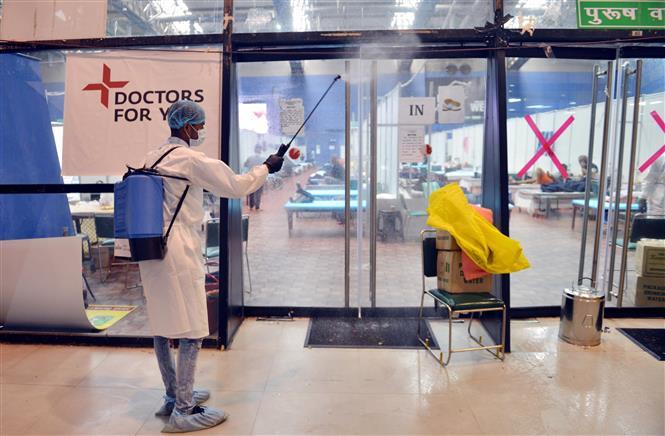 Trong ảnh: Nhân viên y tế phun thuốc khử trùng nhằm ngăn chặn sự lây lan của COVID-19 tại New Delhi, Ấn Độ, ngày 20/7/2020. Ảnh: THX/TTXVN