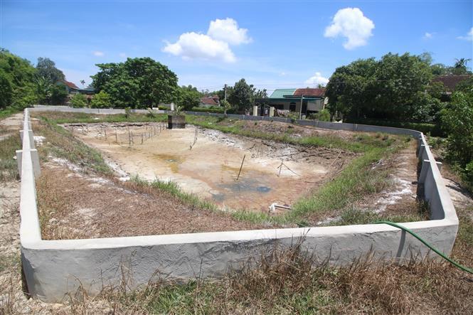 Trong ảnh: Hồ cung cấp nước sử dụng cho khoảng 50 hộ xóm Thuận Thắng, xã Khánh Vĩnh Yên, huyện Can Lộc, tỉnh Hà Tĩnh, đã cạn trơ đáy. Ảnh: Duy Khương - TTXVN