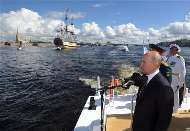 Trong ảnh: Tổng thống Vladimir Putin tại lễ kỷ niệm Ngày Hải quân tại Saint Petersburg, Nga, ngày 26/7/2020. Ảnh: AFP/TTXVN