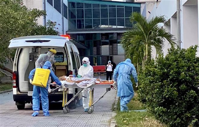 Bệnh viện Trung ương Huế tiếp nhận hai bệnh nhân nhiễm COVID-19 từ Đà Nẵng. Ảnh: TTXVN phát