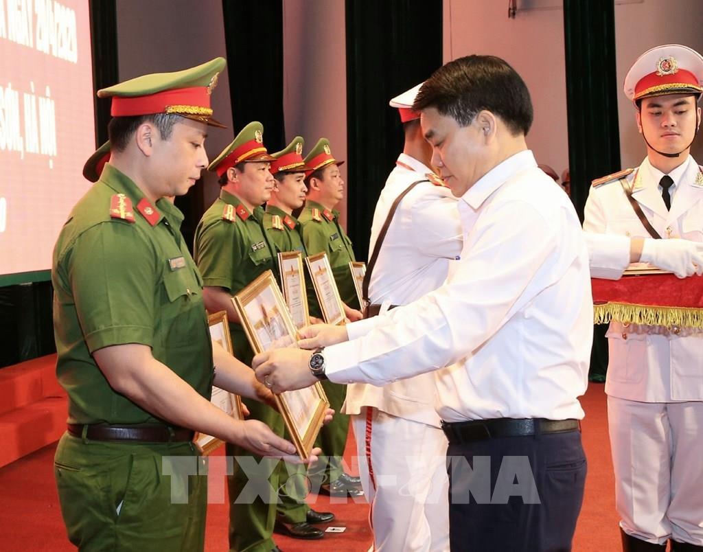 Hình ảnh khen thưởng các chiến sĩ trong một vụ án cướp ngân hàng tại Hà Nội