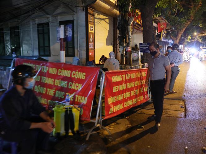 Lực lượng chức năng thành phố Hà Nội phong tỏa ngõ 466 Hoàng Hoa Thám. Ảnh: Lâm Khánh - TTXVN