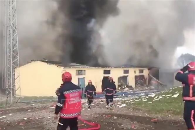 Lính cứu hỏa làm nhiệm vụ tại hiện trường vụ nổ nhà máy sản xuất pháo hoa ở tỉnh Sakarya, Tây Bắc Thổ Nhĩ Kỳ ngày 3/7/2020. Ảnh: Daily Star/TTXVN