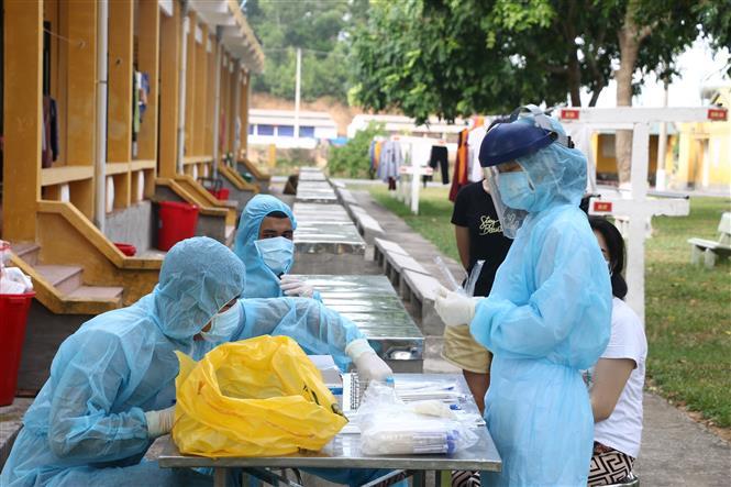 Trong ảnh: Trung tâm Kiểm soát bệnh tật tỉnh Thanh Hoá đã tiến hành lấy mẫu xét nghiệm SARS-CoV-2 cho 185 công dân trong khu vực cách ly. Ảnh: Hoa Mai - TTXVN