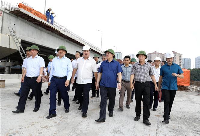 Trong ảnh: Bí thư Thành ủy Hà Nội Vương Đình Huệ thăm, kiểm tra Dự án Đầu tư xây dựng tuyến đường vành đai 3 đi thấp qua hồ Linh Đàm và nhánh kết nối với đường vành đai 3. Ảnh: Văn Điệp - TTXVN
