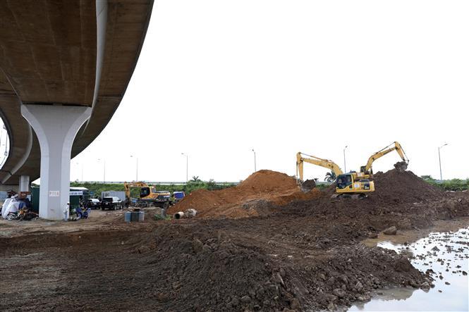 Trong ảnh: Công trường Dự án Đầu tư xây dựng hoàn chỉnh theo quy hoạch nút giao đường Vành đai 3 với đường ô tô cao tốc Hà Nội - Hải Phòng, huyện Gia Lâm. Ảnh: Văn Điệp - TTXVN