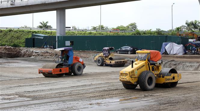 Trong ảnh: Công trường Dự án Đầu tư xây dựng hoàn chỉnh theo quy hoạch nút giao đường Vành đai 3 với đường ô tô cao tốc Hà Nội - Hải Phòng, huyện Gia Lâm. Ảnh: Văn Điệp - TTXVNh