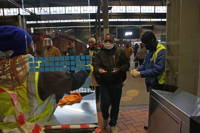 Trong ảnh: Hành khách đeo khẩu trang phòng lây nhiễm COVID-19 tại nhà ga tàu hỏa ở Pretoria, Nam Phi, ngày 1/7/2020. Ảnh: AFP/ TTXVN
