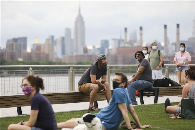 Trong ảnh: Người dân đeo khẩu trang phòng lây nhiễm COVID-19 tại New York, Mỹ, ngày 27/6/2020. Ảnh: THX/TTXVN