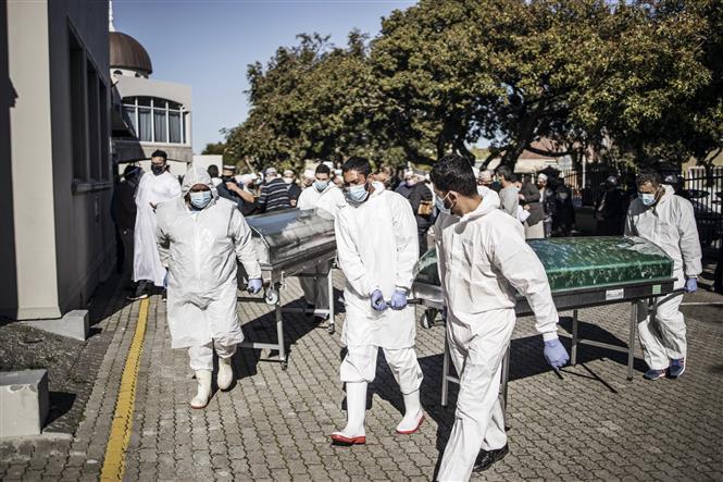 Trong ảnh: Chuyển thi thể bệnh nhân tử vong do COVID-19 tại Cape Town, Nam Phi. Ảnh: AFP/TTXVN
