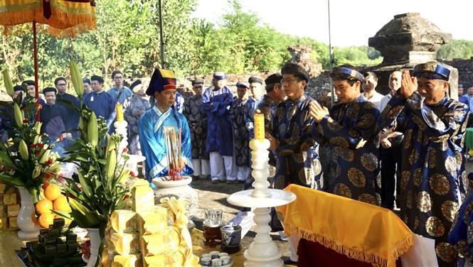 Trong ảnh: Đoàn hành lễ dâng hoa tri ân Vũ Vương Nguyễn Phúc Khoát. Ảnh: Mai Trang-TTXVN