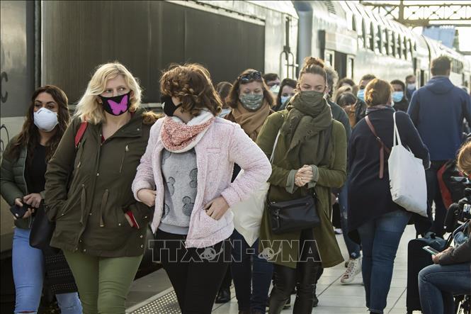 Người dân Pháp đeo khẩu trang khi ra đường