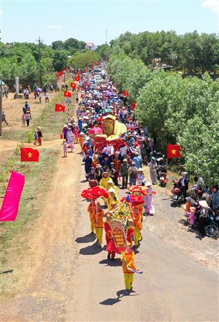 Trong ảnh: Quang cảnh lễ rước bài vị Hoàng đế Hàm Nghi và các nghĩa sỹ Cần Vương tại thôn Mai Đàn, xã Cam Chính, huyện Cam Lộ. Ảnh: Hồ Cầu-TTXVN