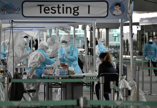 Trong ảnh: Nhân viên y tế lấy mẫu dịch xét nghiệm COVID-19 cho hành khách tại sân bay quốc tế Incheon, phía tây thủ đô Seoul, Hàn Quốc, ngày 1/4/2020. Ảnh: AFP/ TTXVN