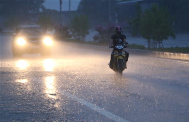 Trong ảnh: Cơn mưa xuất hiện tại phường Đậu Liêu, thị xã Hồng Lĩnh, Hà Tĩnh. Ảnh: Duy Khương - TTXVN