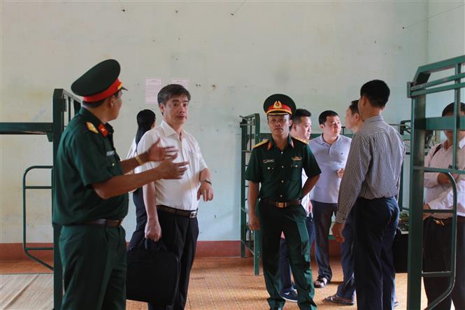 Trong ảnh: Đoàn công tác kiểm tra tại khu cách ly tập trung tại xã Ea Kiết, huyện Cư M'gar. Ảnh: Tuấn Anh – TTXVN