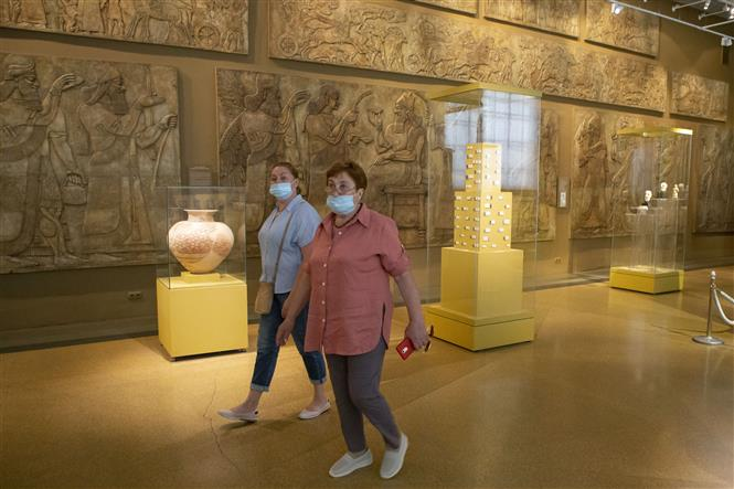 Trong ảnh: Người dân đeo khẩu trang phòng lây nhiễm COVID-19 khi tham quan bảo tàng ở Moskva, Nga, ngày 10/7/2020. Ảnh: THX/ TTXVN