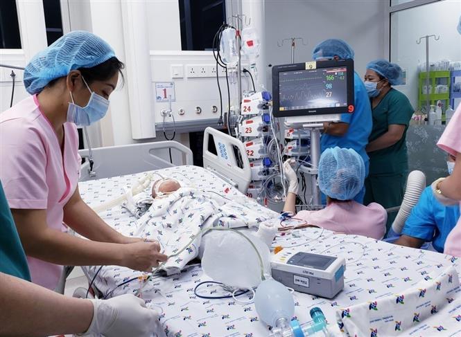 Trong ảnh: Một trong hai bệnh nhi sau khi tách rời được chuyển về Khoa Hồi sức Ngoại, Bệnh viện Nhi đồng TP Hồ Chí Minh để tiếp tục theo dõi. Ảnh: TTXVN phát