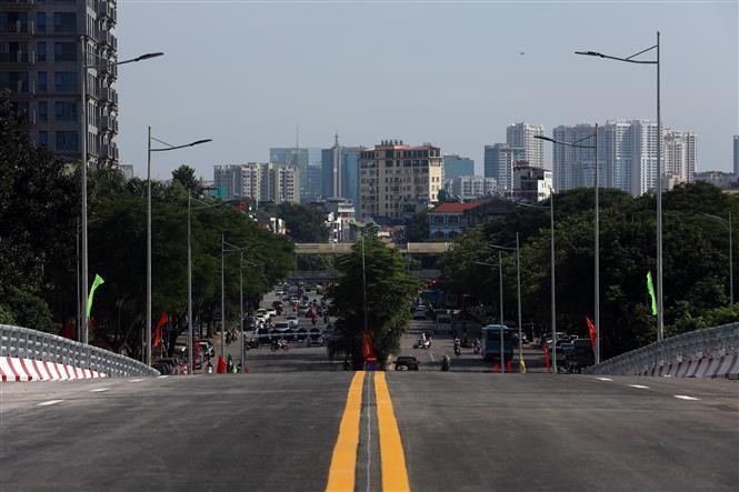 Trong ảnh: Cầu vượt hoàn thành sẽ kết nối 3 quận của nội thành Hà Nội gồm Bắc Từ Liêm, Cầu Giấy và Tây Hồ. Ảnh: Huy Hùng - TTXVN