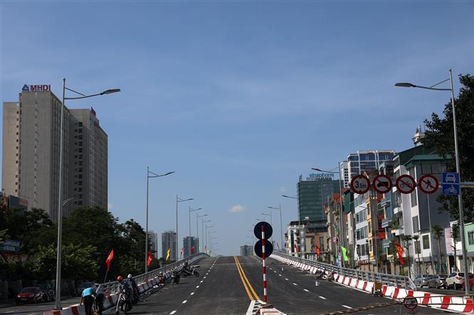 Trong ảnh: Cầu vượt Nguyễn Văn Huyên trước ngày khánh thành. Ảnh: Huy Hùng - TTXVN